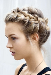 This wrap around braid is so chic & whimsical at the same time. I am going to try this for around the house! Via weddingomania.com